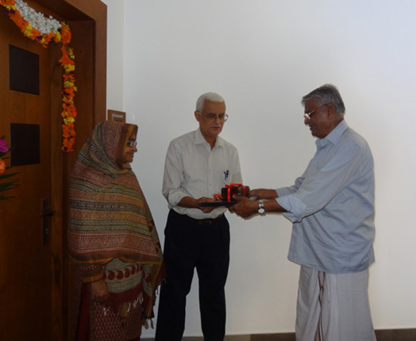 Keys being handed over to Dr. Rauf of apartment no. B 8