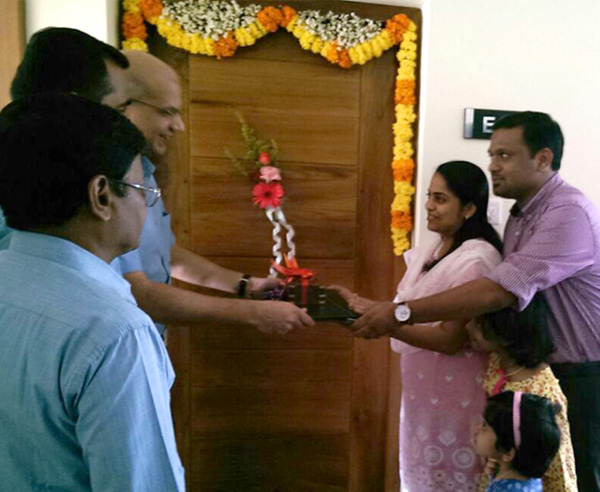 Crescent Iris has been completed before schedule & the keys of the 1st apartment E 8 being handed over to Dr.Krishnaprasad & family by our Managing Partner Haseeb Ahamed.
